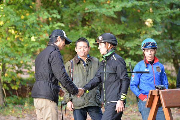 追い切りを終えて握手をするスミヨンと池江調教師.JPG